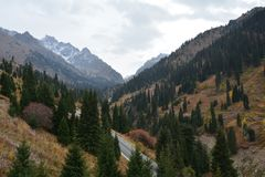 Долина Shymbulak панорамы около Алма-Ата Казахстана стоковое фото rf