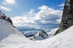 Долина Snowy между горами Стоковая Фотография RF