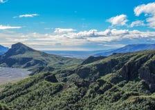 Долина Thorsmork с зеленой растительностью мха, папоротника, birchwood под голубым небом в солнечном летнем дне, Исландией стоковое фото