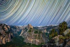 Долина Yosemite на ноче с Startrails Стоковые Изображения