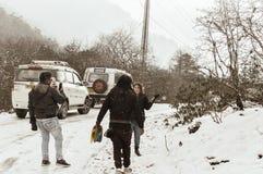 Долина Yumthang, Сикким, Индия 1-ое января 2019: Группа в составе турист в одеждах зимы наслаждаясь снегом на снежностях на день  стоковое фото