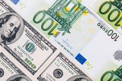 Долларовые банкноты американца 100 евро замечает отражение Стоковые Фото