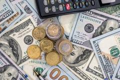 Долларовые банкноты и мы монетка Стоковое Изображение