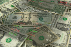 долларовые банкноты и ручка на старой таблице деревянных и фондовой биржи рыночной цены на рядом с Стоковое Изображение