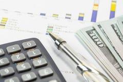Долларовые банкноты, калькулятор, ручка, диаграммы дела все на таблице Стоковое Фото