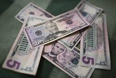 Долларовые банкноты, предпосылка денег Денег доллары конца комплекта вверх Стоковые Фото