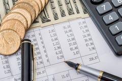 Долларовые банкноты с деловыми документами, ручкой и калькулятором Стоковые Изображения RF