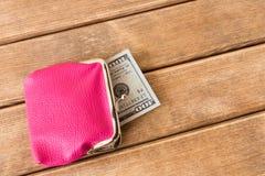 100 долларовых банкнот в моем бумажнике на деревянном столе На деревянном Стоковая Фотография