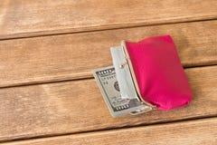 100 долларовых банкнот в моем бумажнике на деревянном столе На деревянном Стоковое Изображение