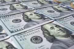 100 долларовых банкнот как предпосылка Стоковое Фото
