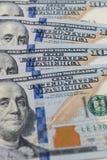 $100 долларовых банкнот каскадируя дизайн стоковые изображения rf