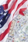 100 долларовых банкнот на американском флаге Стоковые Фотографии RF