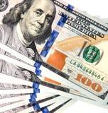 100 долларовых банкнот на белой предпосылке Стоковые Фотографии RF