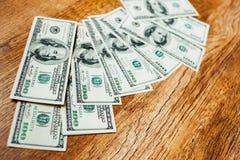 100 долларовых банкнот на деревянной предпосылке Стоковая Фотография RF