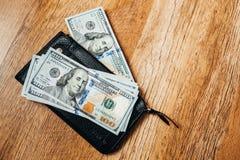 100 долларовых банкнот на деревянной предпосылке Стоковое Фото