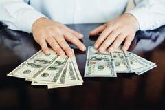 100 долларовых банкнот на деревянной предпосылке Стоковые Фото