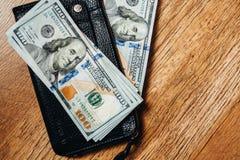 100 долларовых банкнот на деревянной предпосылке Стоковые Изображения