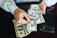 100 долларовых банкнот на деревянной предпосылке Стоковая Фотография