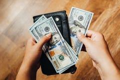 100 долларовых банкнот на деревянной предпосылке Стоковое фото RF