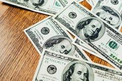 100 долларовых банкнот на деревянной предпосылке Стоковое Изображение RF