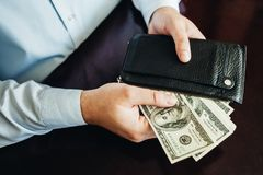 100 долларовых банкнот на деревянной предпосылке Стоковые Изображения RF