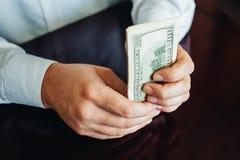 100 долларовых банкнот на деревянной предпосылке Стоковые Фотографии RF