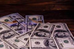 100 долларовых банкнот на деревянном столе Стоковое Изображение