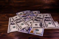 100 долларовых банкнот на деревянном столе Стоковое Фото