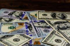 100 долларовых банкнот на деревянном столе Стоковая Фотография RF