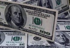 100 долларовых банкнот на предпосылке долларов Стоковое Изображение