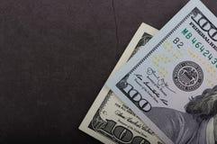 100 долларовых банкнот на серой предпосылке стоковая фотография rf