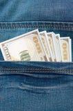 100 долларовых банкнот от карманн джинсов Стоковые Изображения RF
