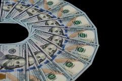 100 долларовых банкнот подуты вне на черной предпосылке Верхний взгляд со стороны стоковое изображение