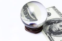 100 долларовых банкнот под шариком лупы проверенное схематическое фото изолированное на белой предпосылке Стоковые Изображения RF