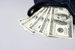 100 долларовых банкнот упали из синей сумки дам дальше Стоковые Фото
