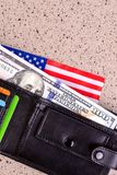 100 долларов банкноты достигают вне из черного старого портмона Стоковые Фотографии RF