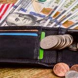 100 долларов банкноты достигают вне из черного старого портмона Стоковое Изображение RF