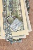 100 долларов банкнот обеспеченных с цепью и замком Стоковое Фото