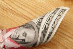 100 долларов в крене на деревянной предпосылке, конце вверх Место для текста Стоковые Фотографии RF