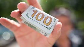 100 долларов в руке ` s человека Стоковое фото RF