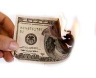 100 долларов горят в огне на белой предпосылке Стоковые Фотографии RF