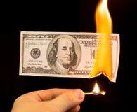 100 долларов горят в огне на черной предпосылке Стоковое фото RF