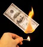100 долларов горят в огне на черной предпосылке Стоковые Фотографии RF