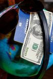 100 долларов и пасспорт на зеленой предпосылке с картой глобуса Стоковые Фото