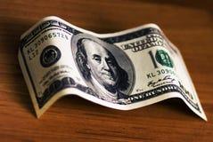 100 долларов на старом деревянном столе, 100 долларовых банкнотах на таблице стоковое фото
