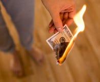 100 долларов ожога в пламенах в руке Стоковое фото RF