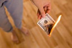 100 долларов ожога в пламенах в руке Стоковое Фото