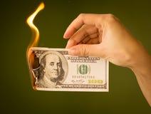 100 долларов ожога с огнем в их руках Стоковые Изображения