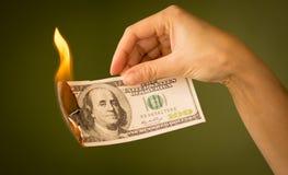 100 долларов ожога с огнем в их руках Стоковая Фотография RF
