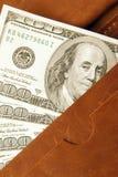 100 долларов счета в кожаном бумажнике, конца вверх Финансы Стоковое Изображение RF